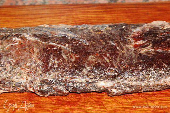 Очищаем мясо от специй, тщательно их счищаем: они нам больше не нужны. Свое дело они уже сделали. Теперь натираем нашу брезаолку хорошим растительным маслом, лучше, если это будет ореховое или кунжутное. Я натерла брезаолу кунжутным маслом. Вот и все!