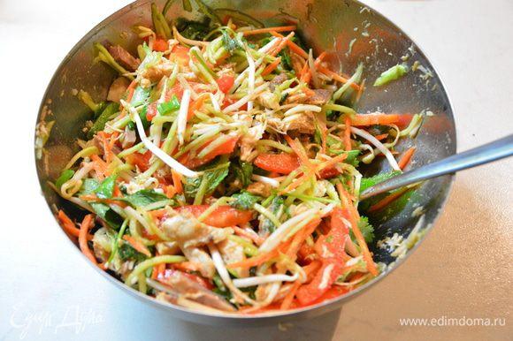 Смешать мясо, овощи, добавить мяту, кинзу, ростки фасоли, перемешать. Полить оставшейся частью соуса. Подавать, посыпав белым и черным кунжутом. Приятного аппетита!