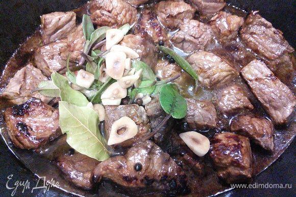Из маринада по желанию извлечь горошины перца полностью или частично, а также лавровый лист и влить маринад в мясо.