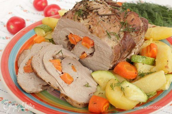 Затем мясо поставить в холодную духовку, выставить температуру 180-190°С и запекать около 1,5-2 часов. Подавать в горячем или холодном виде.
