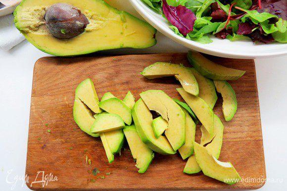 Режем авокадо небольшими ломтиками, сбрызгиваем лимонным соком.