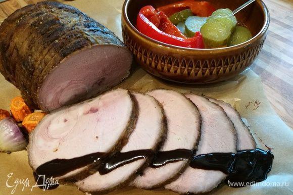 Бутерброд с ломтиком мяса можно подать с утра на завтрак.