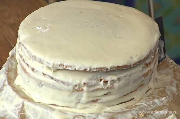 Коржи полностью остудить, затем, смазывая кремом, уложить их друг на друга, верхний корж также смазать кремом и поставить торт в холодильник.