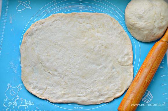 Готовое тесто разделите на 2 части и раскатайте по величине формы для выпечки.
