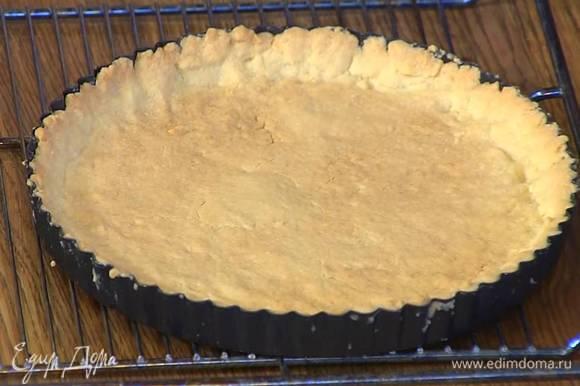 Отправить форму с тестом в разогретую духовку, сразу понизить температуру до 180°С и выпекать 15‒20 минут до золотистого цвета.