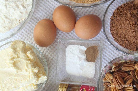 Todos os ingredientes devem estar à temperatura ambiente.  Aqueça o forno a 177 ° C.