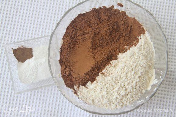 Peneire farinha, cacau, fermento em pó, sal e refrigerante.