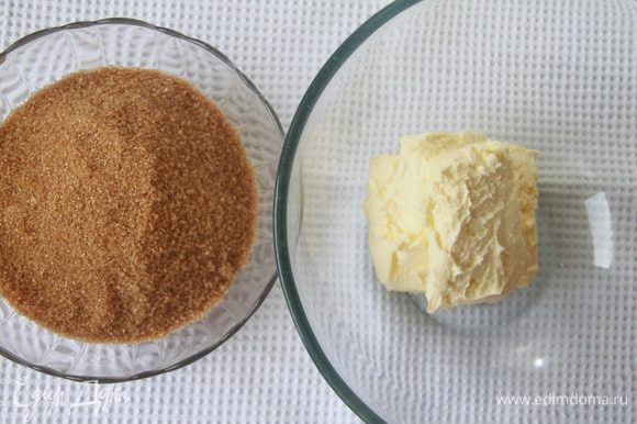 Manteiga amolecida, batida até uma massa exuberante, adicione gradualmente açúcar de cana marrom.