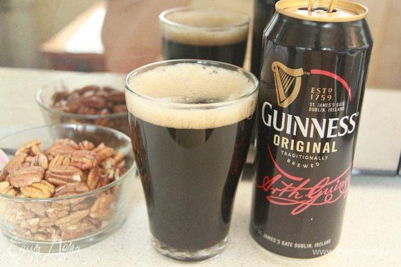 O destaque deste bolo é a cerveja escura da Guinness.  Pecan cortado em pedaços grandes.