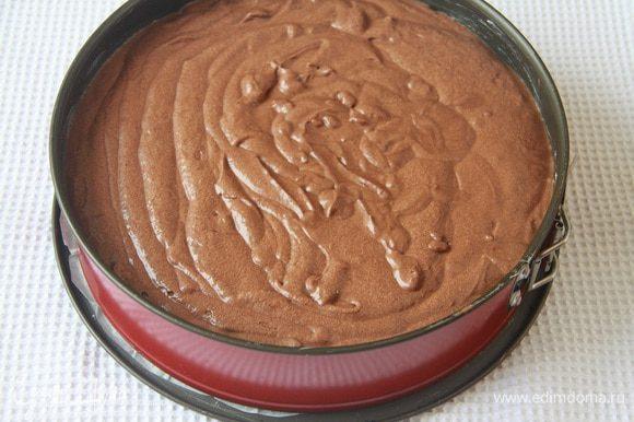 Os lados do prato de cozimento (eu tenho um separável, 28 cm) oleados, coloque o papel de cozimento no fundo.  Coloque a massa no molde.
