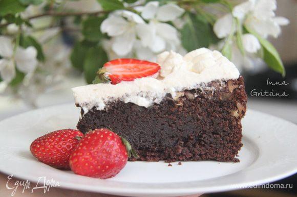 Deixe o bolo ficar na geladeira por 3-8 horas.  A textura do bolo é molhada, com pedaços saborosos de pecan, mas creme chicoteado, para meu gosto, você não pode adicionar - o bolo e tão auto-suficiente.  Embora, sem chantilly, este não seja provavelmente um bolo.  Claro, energicamente, é uma bomba, mas é muito saborosa!