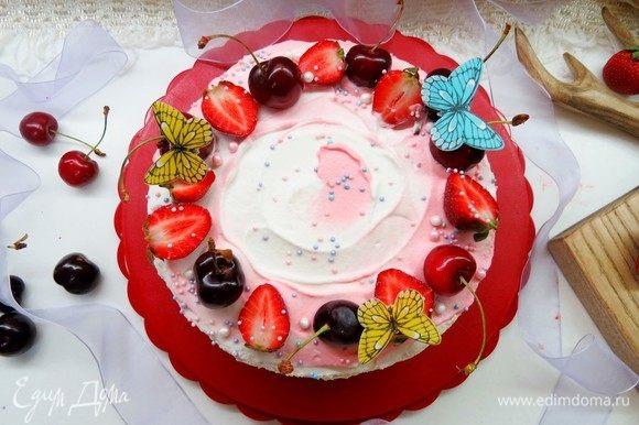 Colocamos o topo do bolo e criamos o seu gosto.  Damos o bolo para ficar na geladeira por várias horas.