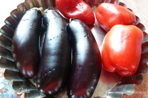 Баклажаны и перцы вымоем, наколем вилкой и запечем в духовке при температуре 200°С минут 40 (до черных бочков у перца).