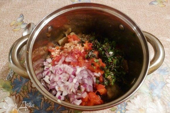Нарубим всю зелень, чеснок, сладкий лук и острый перец чили. Приправим солью, добавим мед. Вольем масло и уксус по вкусу. Хорошо и аккуратно перемешаем. Дадим настояться пару часов.