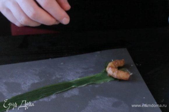 Затем кусочек курицы и креветку. Если любите острое, то положите еще полосочку чили.
