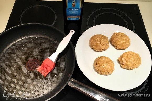 Смажьте дно сковороды оливковым маслом (так как масла должно быть очень мало, только для образования пленочки, то лучше использовать силиконовую кисточку). Сформируйте из фарша котлетки размером, примерно, в половину ладони.