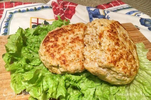 Положите котлетки на блюдо, можно использовать лист салата для красивой подачи. Котлетки можно хранить в холодильнике вплоть до пяти дней. Идеальны для сбалансированного питания. Приятного аппетита!