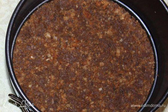 En la parte inferior del molde se coloca un peso de galletas y mantequilla suave.