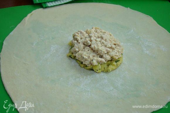 В середину положить ложку картофельного пюре, сверху положить мясную начинку. Края лепешки собрать в пучок.