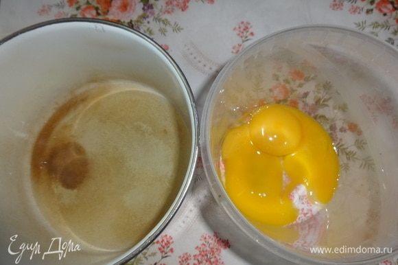 Два яйца разделить на белки и желтки. Орехи измельчить в мелкую крошку. Маргарин растопить в сотейнике и немного остудить.