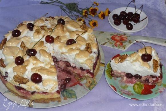 Аккуратно выложить готовый пирог на блюдо. Украсить по желанию, я украсила свежими вишнямии и кусочками грецких орехов. Разрезать пирог на порции и подать к чаю или кофе. Приятного аппетита!