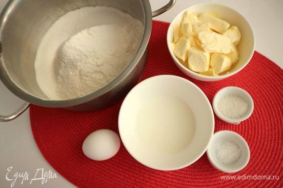 Сливочное масло, молоко и яйцо вынуть из холодильника заранее. Размягченное сливочное масло (рекомендуется использовать только высококачественное сливочное масло, это важно для вкуса готового теста) порезать на кусочки.