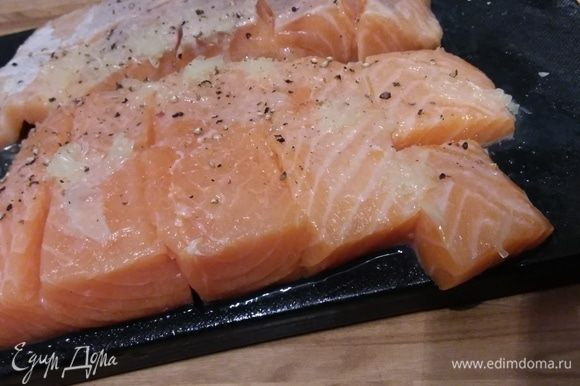 Для начала нужно отварить картофель в мундире. Остудить и очистить. Нарезать крупным кубиком. Филе лосося нарезать средним кубиком. Рыбу сбрызнуть лимонным соком, посолить и поперчить.