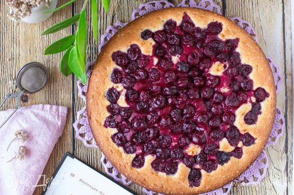 Готовый пирог по желанию можно посыпать сахарной пудрой или дробленными орешками. Приятного аппетита!