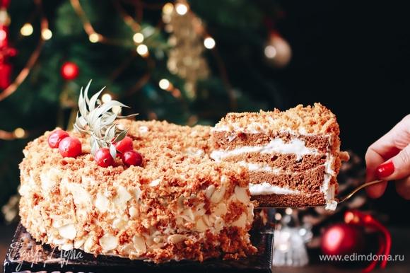 Я использую для украшения миндальные лепестки и крошку, полученную от измельчения «горбика». Тортик получается вкуснейший!
