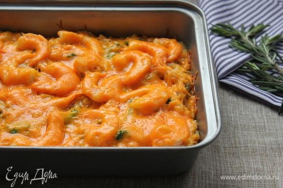 Киноа и овощи в восхитительном соусе под нежными креветками и золотистой корочкой чеддера. Идеальное блюдо для праздничного стола.