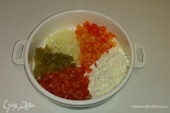 Все нарезанные овощи и творог (я использовала зерненый творог 0% жирности, но можно использовать и обычный творог) кладем в одну емкость.