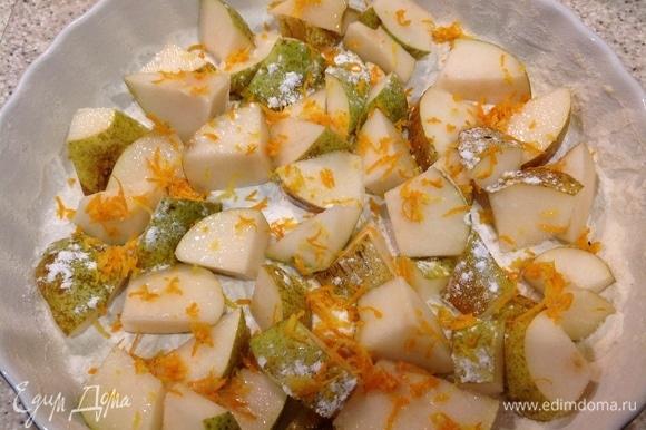 Добавить цедру лимона, апельсина, корицу и сахарной пудрой посыпать груши.