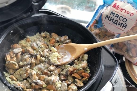 Выдавливаем в сковороду чеснок, соль. Перемешиваем.