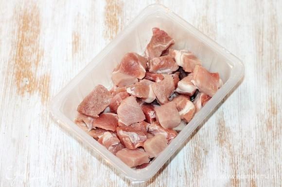 Мякоть свинины (1 кг) нарезаем кусочками. Размер зависит от шампуров. У меня шампур с ручкой размером примерно 30 см (режущая часть примерно 23 см). Получилось 8 шампуров с шашлыком.