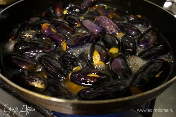 Разогреть растительное масло в глубокой сковороде и обжарить баклажаны до мягкости (место, где отрезана плодоножка, должно быть коричневым). Выложить баклажаны на бумажное полотенце, чтобы удалить лишнее масло.