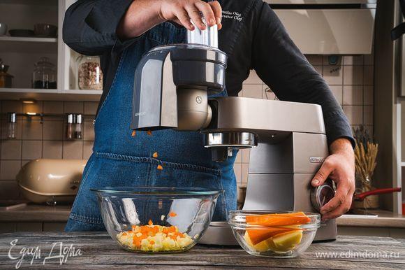 Морковь и картошку отварите в подсоленной воде. Отварите и почистите яйца. Почистите картофель и морковь. Установите на кухонную машину KENWOOD насадку для нарезки кубиками и нарежьте морковь, картофель.