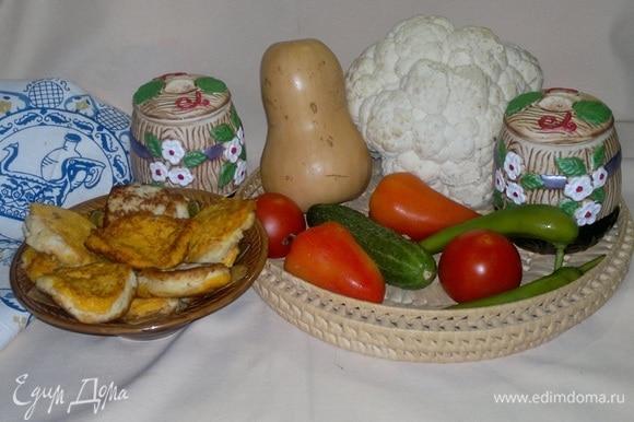 Готовые оладьи выложить на тарелку и подать к столу со сметаной, майонезом или другим соусом. Угощайтесь! Приятного аппетита!