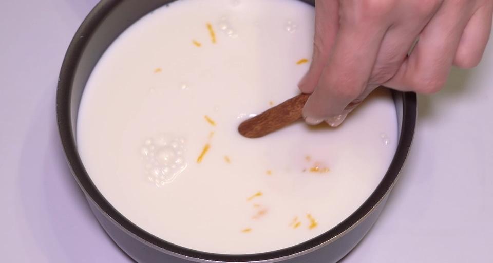 Пока бисквит печется и остывает, займемся приготовлением крема. В небольшом сотейнике нагреваем молоко, добавляем цедру лимона по вкусу и палочку корицы. Доводим до кипения, снимаем с огня и даем полностью остыть. Затем процеживаем через сито. Получается ароматное молоко с ярким приятным вкусом.