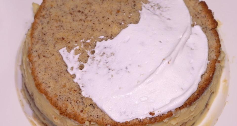 Смазываем бока и поверхность торта взбитыми 33% сливками.
