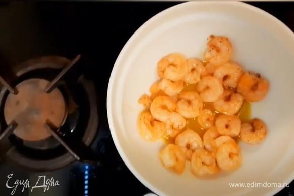Выкладываем готовые креветки с соусом, в котором они готовились, в емкость и охлаждаем.