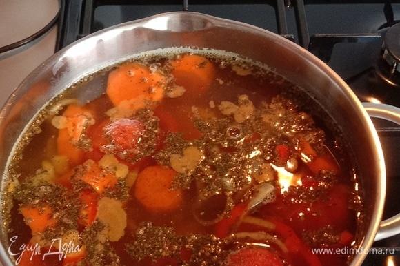 Начинаем поэтапно добавлять крупно нарезанные овощи в кастрюлю с интервалом в 10 минут. Порядок добавления: картофель, морковь, перец, помидоры без кожицы с чесноком и перцем чили вместе. Доводим до кипения, убавляем огонь на минимальный и варим под крышкой в течение 1,35 часа. Примерно за 40 минут до готовности добавляем специи в произвольном порядке.