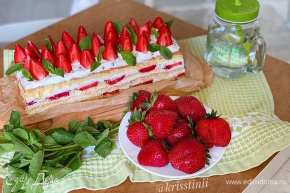 Готовый торт выложить на блюдо и украсить сверху кусочками клубники и листиками мяты.