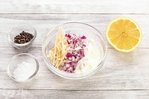 Добавьте сок лимона и мелко нарезанный лук.