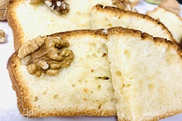 Кекс выпекается около часа. Может понадобиться чуть больше или меньше времени. Ориентируйтесь по вашей духовке. На готовом кексе будут небольшие трещины. Готовность проверяйте деревянной шпажкой. Она должна выходить абсолютно сухой. Приятного аппетита!
