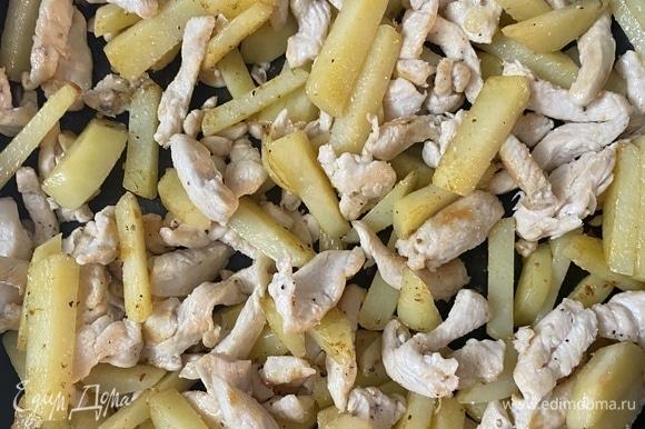 Сложить в сковороду обжаренные филе и картофель, добавить соль, перец , другие приправы по вкусу.