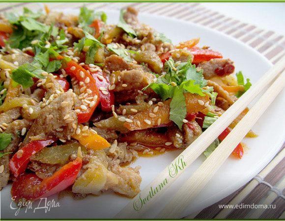 Горячий салат с мясом и перцем