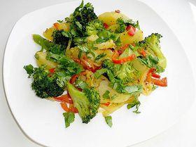 Диетическое овощное рагу. Ингредиенты: картофель, брокколи свежая, лавровый лист