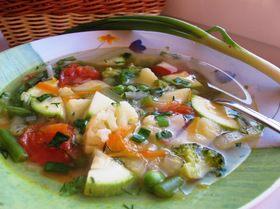 Овощной диетический суп. Ингредиенты: брокколи свежая, капуста цветная, картофель